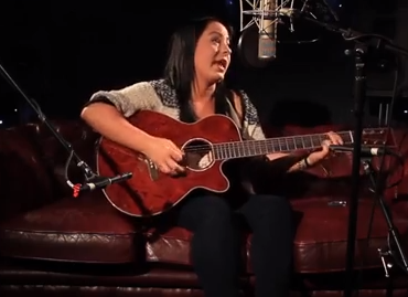 Lucy Spraggan - You're Too Young (Ont' Sofa Sessions)